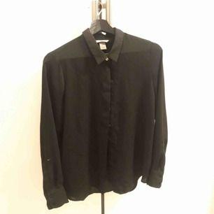 Svart skjorta i ett svalt material