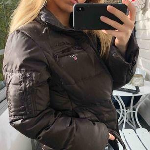 Säljer min bruna dunjacka från Gant, 300kr då tillhörande luva tyvärr saknas. Strl M men passar även S. Väldigt mysig och perfekt till höst och vintern! Frakten är inräknat i priset 🥰