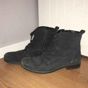 Svarta boots/stövletter i äkta mocka från Ecco. Skorna är i bra skick, men är använda. Jättesköna på hösten, de värmer bra och funkar i alla väder!