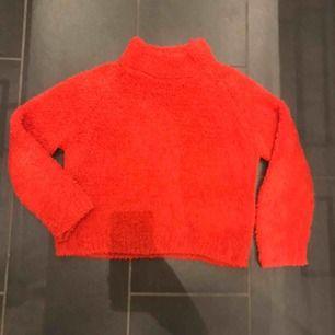 Mysig röd stickad tröja som är lite fluffig. Använd ett par gånger.