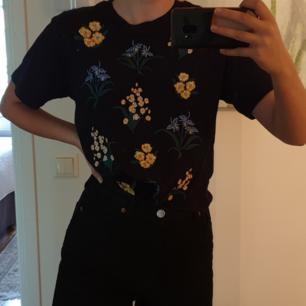Hej, säljer denhär blommiga Monki t-shirten eftersom den är lite för stor för mig. Den är lite oversize och lose-fit, lite croppad men inte magtröja. Hyfsat nytt skick men tyget är inte riktigt lika styvt som när jag köpte den. Mycket fin i övrigt!!😊😊