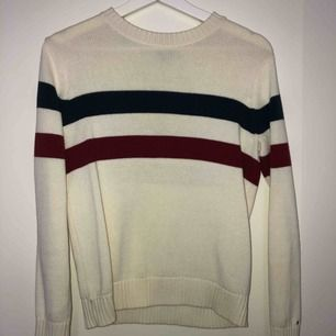 En supersnygg stickad tröja från Tommy Hilfiger  Aldrig använd, dvs mycket bra skick   Den sitter som en S   Nypris ca 1000kr   Kan mötas i linköping annars står köparen för frakten som ligger på 59kr