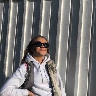 Grå pälsväst med fickor och dragkedja  Köpt second hand, äkta kaninpäls🥴  Kan mötas i linköping annars ligger frakten på 79kr