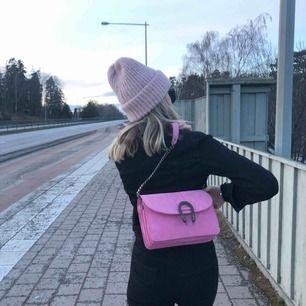 En fin rosa väska med långt kedjeband (har vikt in bandet på bilden) från Gina tricot   Kan mötas i linköping annars står köparen för frakten som ligger på 79kr