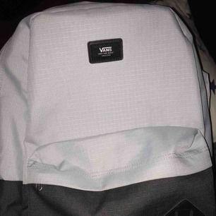 Säljer min killes nya VANS ryggsäck som är använd några gånger men är absolut i väldigt fint skick. Väldigt fin ljus blå färg med svart ner till. Frakten ingår om man köper den för 250kr