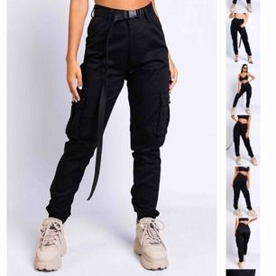 Skit snygga byxor från Madlady i svart. Ska köpa i mindre storlek därför säljs dessa. De är använda typ 3 gånger och är i lika bra kvalitet som när de köptes. Nypris: 499kr💕 (det svarta skärpet ingår ej)