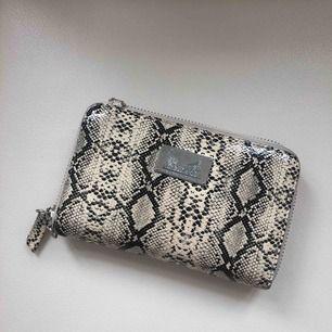 Fin plånbok i ormskinnsmönster. Bra skick, Lite missfärgningar på sidorna🧸 + frakt