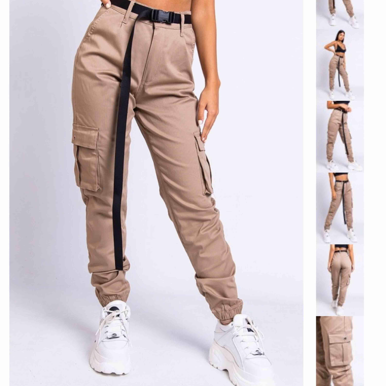 Skit snygga byxor från Madlady i dark beige. Ska köpa i mindre storlek därför säljs dessa. De är använda typ 3 gånger och är i lika bra kvalitet som när de köptes. Nypris: 499kr💕 (det svarta skärpet ingår ej). Jeans & Byxor.