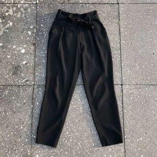 Fina svarta kostym-ish byxor från River Island. Använda, men fortfarande i bra skick! Passar även en 34:a. Superbra basplagg då de är enkla att matcha!