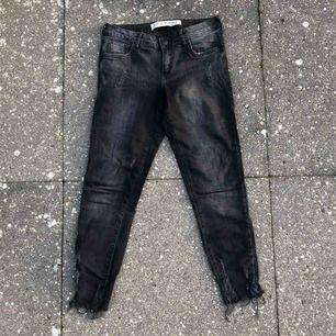 Snyggt slitna lågmidjade svart-/gråa- jeans i bra skick! Passar även en 34:a. Bra basplagg som kan liva upp vilken outfit som helst!