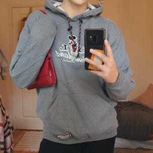 Orginal disney merch hoodie. Oversize och mysig! Man känner att den är vintage men fortfarandw bra skick:))