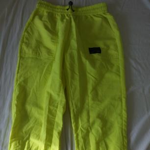 neongröna byxor, inga fläck eller hål. köpte de i Juni i Paris o har inte haft på mig de så mycket så de är ganska nya. väldigt trendiga och jag brukar få många komplimanger om de. Möter köparen hälst i Växjö! :)