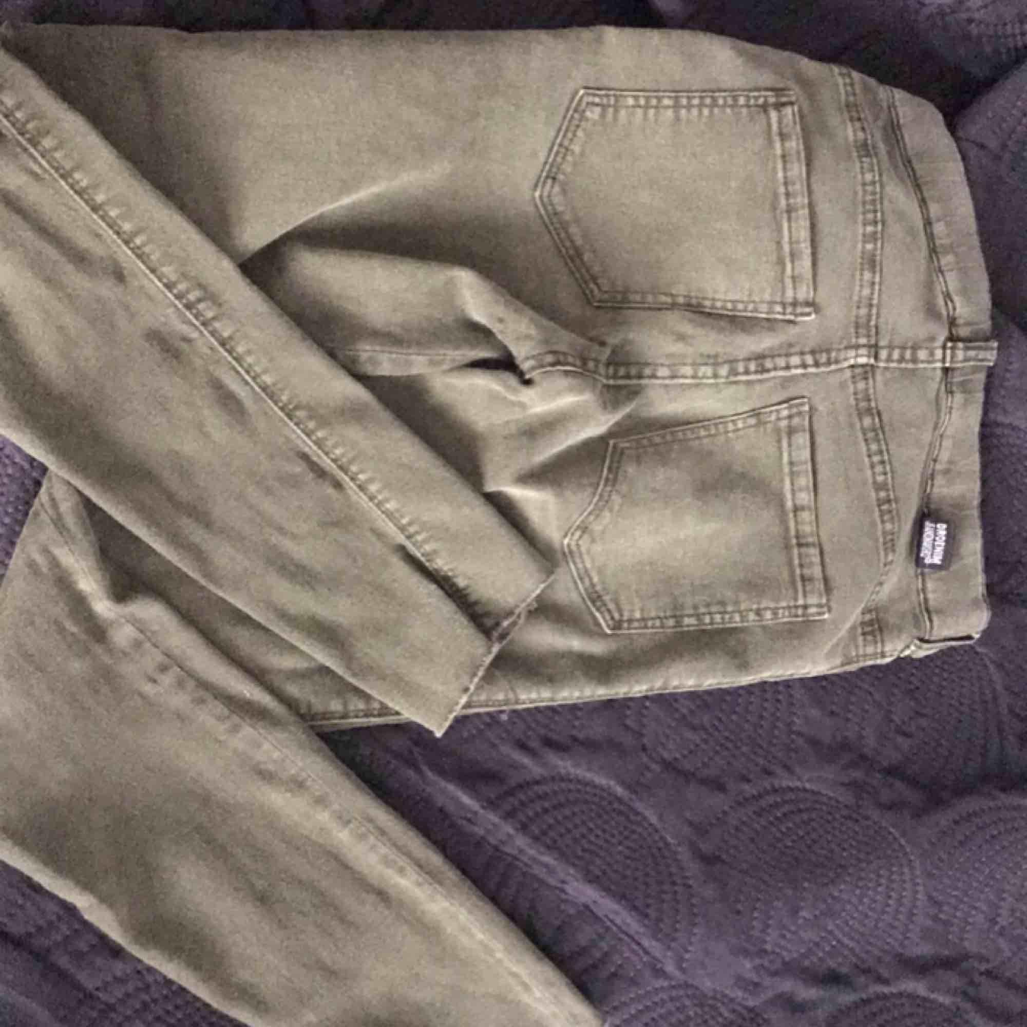 Militär/ ljus Gröna dr. Denim jeans som är klippta längst ner vid benen. Storlek XS, formar efter kroppen väldigt mycket. . Jeans & Byxor.