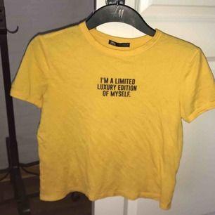 En gul t-shirt med ett fint budskap