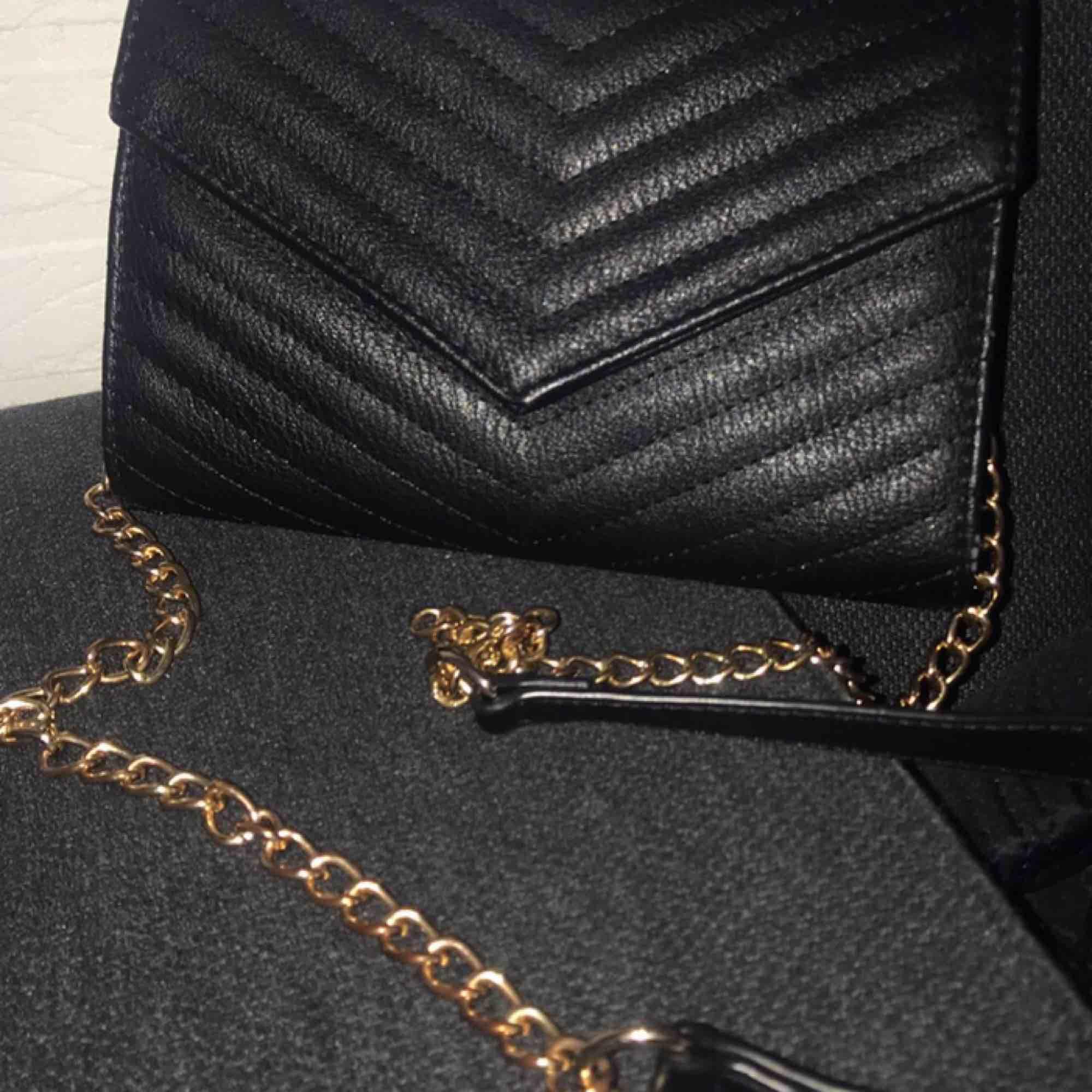 En snygg läder väska. Accessoarer.