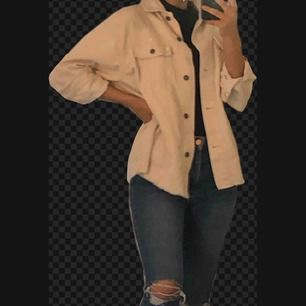 Säljer jackan och jeansen.   Jackan är i storlek S, oversized, köpt på zara, krämvit? 300kr   Jeans storlek M, köpta på BikBok, knappt använda då de är för stora på mig. 300kr