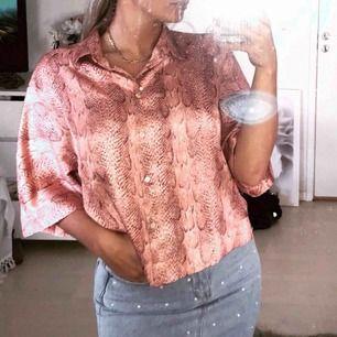 Supersöt blus/skjorta med snakeprint från mango. Köpt i somras och aldrig använd!