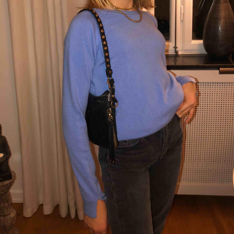 En JÄTTE snygg och bekväm tröja, som passar till allt! Kommer ifrån Primark, köpt i London. Super bra kvalite och slitsar på ärmarna. 100+ frakt . Tröjor & Koftor.