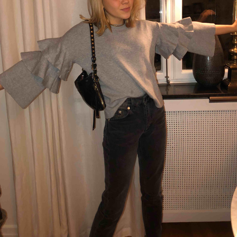 En snygg och bekväm tröja ifrån bikbok. Jätte fin till både vardags men också till finare tillfällen. Passar till väldigt mycket. 100kr plus frakt.  . Tröjor & Koftor.