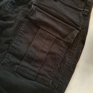 Svart kjol från Gina Tricot med fickor framtill.  Inköpt våren  2019. Använd 1gång (inköpt till specifikt tillfälle)   Kan nötas upp i Huddinge, Älvsjö, Årsta, Globen & Västberga