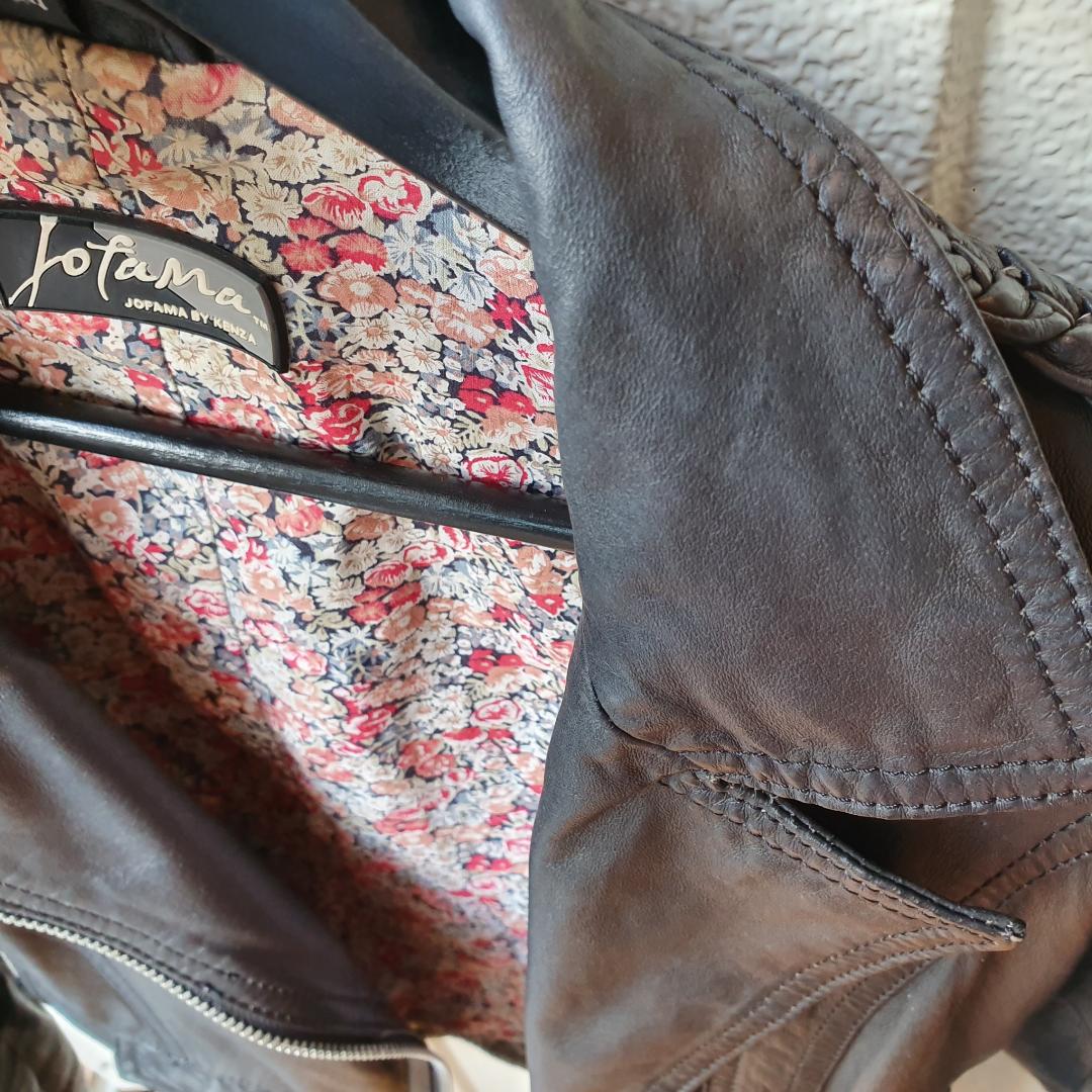 Jofama by Kenza skinnjacka i sina bästa dar.  Kanske världens snyggaste skinnjacka till ett extremt kampanjpris, kostar ny 3 500 sek.   Kan nötas upp i Huddinge, Älvsjö, Årsta, Globen & Västberga. Jackor.