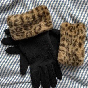 Svarta handskar med leopard muffar. Är ganska noppriga därav billigt pris, utmärkta handskar inför halloween! Frakt 42kr