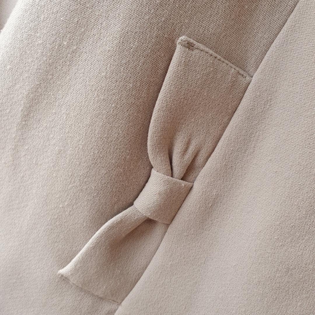 Söt-snygg jacka i den perfekta beiga nyansen.  Inköpt på H&M och extremt sparsamt använd.  Kan mötas upp i Huddinge, Älvsjö, Årsta, Globen & Västberga . Jackor.