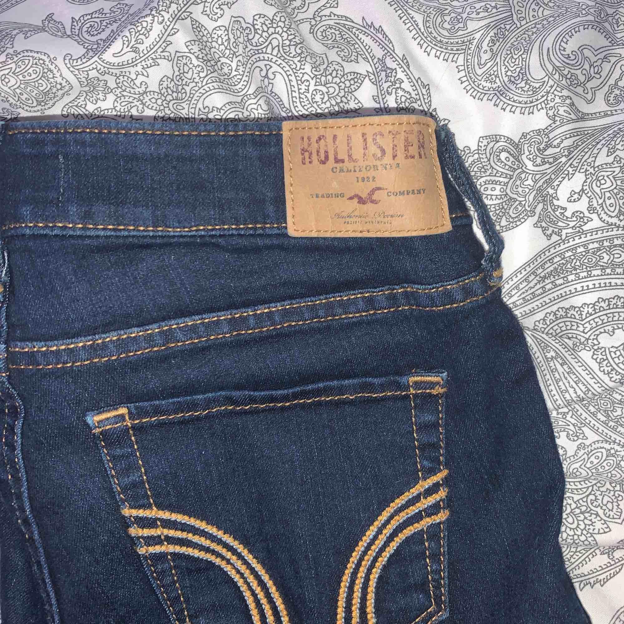 Mörka hollister jeans Storlek W:24 L:31. Jeans & Byxor.
