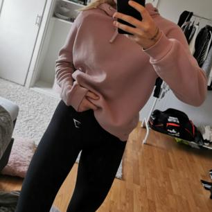 Säljer denna hoodie från gina tricot i fint skick! Den är i en fin nude rosa färg och lite större i modellen. Köparen står för frakt.