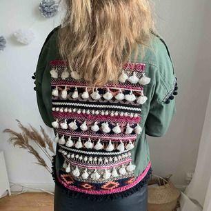 Såååå fin jacka från Zara! Önskar jag hade mer användning för denna men har så många jackor så säljer denna pärla! köparen står för eventuell frakt⭐️⭐️