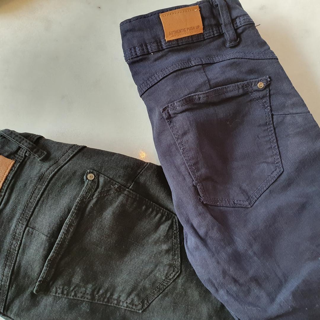 Världens snyggaste jeans! Bershka push-up!  Jeansen har en insydd kant på varsin sida av jeans fickorna vilket resulterar i att rumpan upplevs större. Jeansen är i stretch och jätte sköna att bära.   Använda ett fåtal gånger.   De blåa jeansen har dragkedjan gått sönder på därav säljs dessa jeans tillsammans för en ynka hundralapp   Kan mötas upp i Huddinge, Älvsjö, Årsta, Globen & Västberga. Jeans & Byxor.