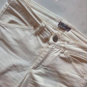 Bootcut jeans med känsla av kostymbyxor från Filippa K. Ett av de skönaste byxorna jag någonsin ägt och sitter 👌  Detta är ett kap även fast de är liiite skitiga absolut längst ned på byxorna (syns ej!!)  Kan mötas upp i Huddinge, Älvsjö, Årsta, Globen & Västberga