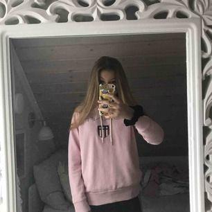 Rosa Gant hoodie i mkt fint skick. Köpt som ny förra hösten. Inga fläckar. Jag är ca 160 lång, passar bra.  Nypris: ca 1200kr.