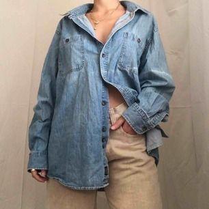 Den perfekta oversized unisex jeanskjortan från Denver Hayes 🌟 Supermysig och skön, nyskick!100% bomull 🤩 Frakten är inräknad