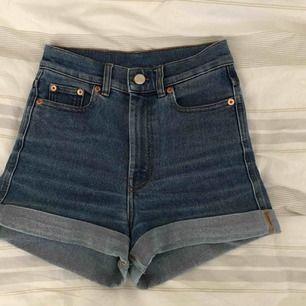 Säljer mina jeansshorts från Monki. Dom är högmidjade och ganska smala i midjan. Storlek 24 i midjemått, men motsvarar ca XXS/XS. 150 kr inkl frakt
