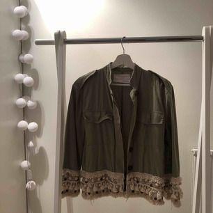 Jättefin jacka från Zara , tunnare jacka med fina detaljer 💕