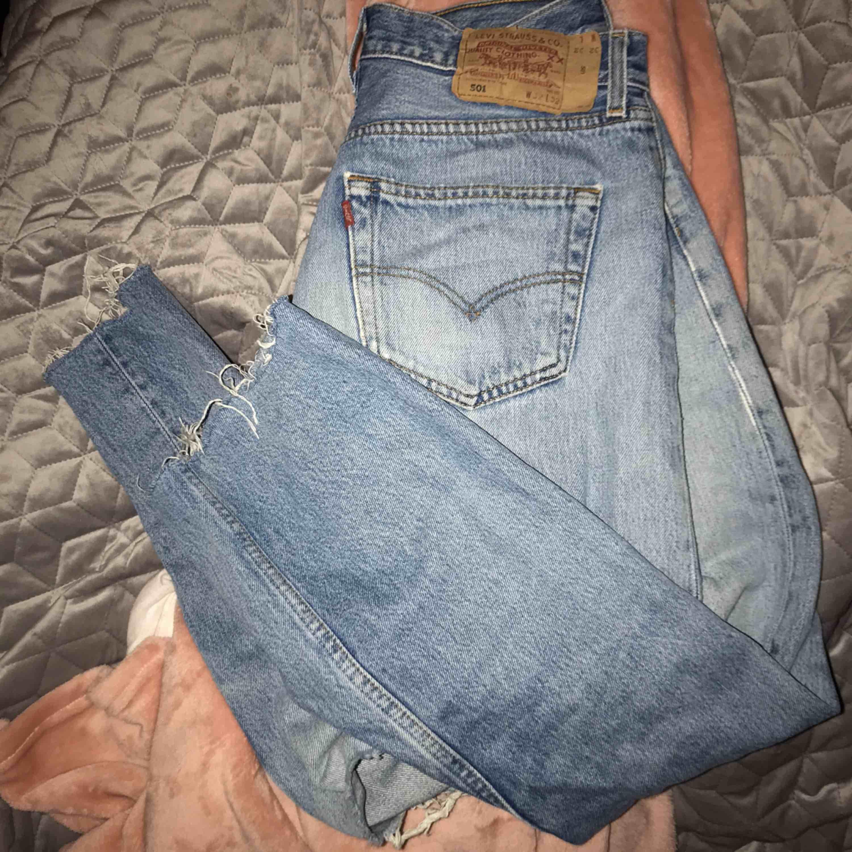 Säljer mina jättesnygga Levis jeans pga för stora💜 32 i waist och length. Jeans & Byxor.
