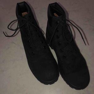 Köpte skorna förra vintern för ca 1200 kr, använt dem mindre än 3 gånger. Dem är bekväma och perfekt för vintern!