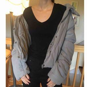 Jättemjuk fluffig grå jacka från Monki! Som att ha på sig ett täcke :) Möts upp i Stockholm. // Ger mängdrabatt om du köper fler grejer //