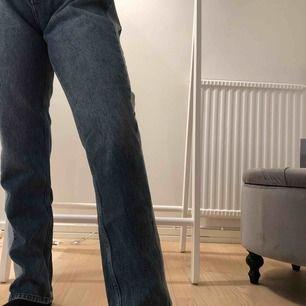 Älskar dessa byxor från nakd , är skönt jeans tyg och väldigt snygga med en vit T-shirt 💕