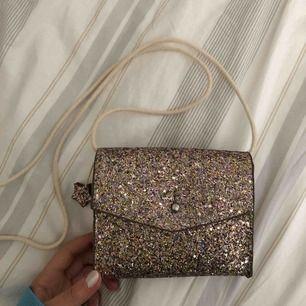 Säljer min fina väska från Zara. Väldigt fint skick, som ny! 100 kr inkl frakt
