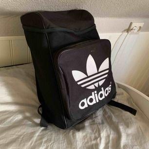 Ryggsäck från adidas. Använt men bra skick. Väldigt rymlig, har två fack och även utrymme för dator i det stora facket. Fraktar😊