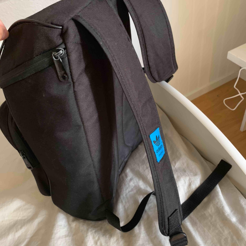Ryggsäck från adidas. Använt men bra skick. Väldigt rymlig, har två fack och även utrymme för dator i det stora facket. Fraktar😊. Väskor.