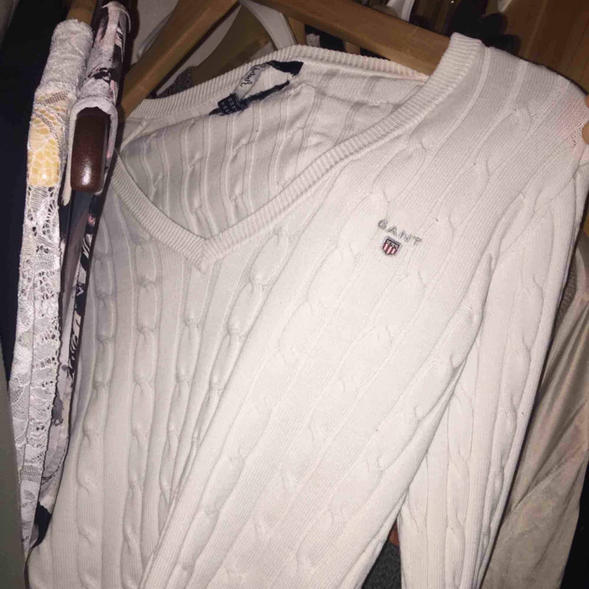 Vit Gant tröja i storlek XS. Inga hål eller fläckar på tröjan, bara etiketten som har lossnat! . Tröjor & Koftor.