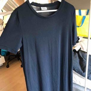 Jättecool mörkblå långklänning från weekday som inte är speciellt använd. Funkar för storlek M och ger en cool oversized look. Köparen står för frakten😃😃