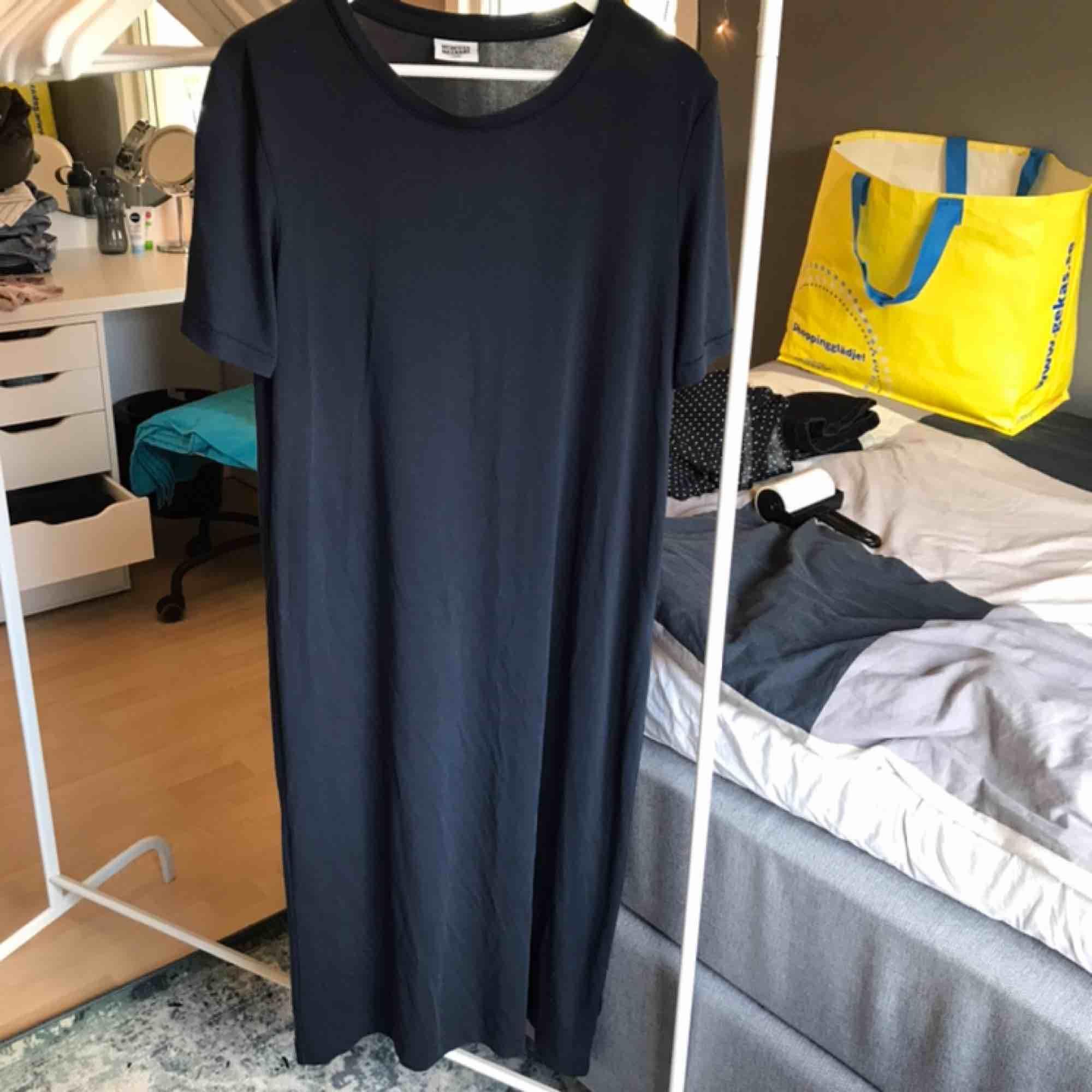 Jättecool mörkblå långklänning från weekday som inte är speciellt använd. Funkar för storlek M och ger en cool oversized look. Köparen står för frakten😃😃. Klänningar.