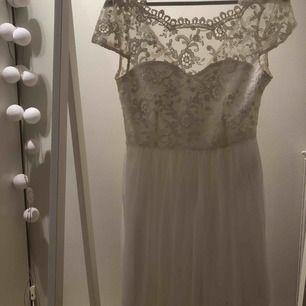 Säljer min konfa klänning från vila , jättefin med spets och plisseradkjol nedtill