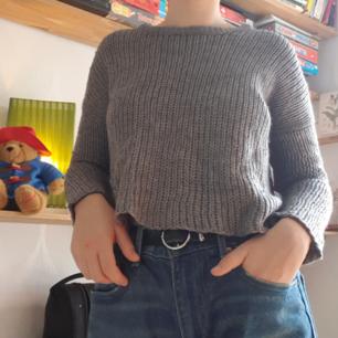 Grå stickad tröja köpt secondhand perfekt nu till hösten. Lappen är bortklippt så är inte säker på vilken storlek det är, men gissar på XS/S. Säljer pga för liten. Frakten går på runt 40kr