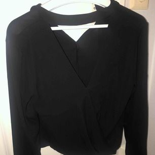 "En snygg svart blus  med inbyggd ""choker"" i storlek S."