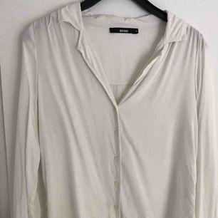 Vit skjorta i bomull från Bik Bok. Fin och passar till allt!  Köparen står för frakten. Priset kan diskuteras. Kan mötas upp i Växjö/Alvesta.